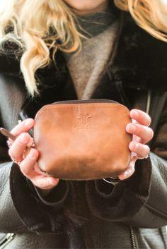 """Klein, aber fein und Platz für das notwendigste – das bietet Dir """"Leo"""". Die Kulturtasche aus hochwertig verarbeitetem Rindsleder überzeugt mit ihrem Design und ihrer praktischen Handhabung."""