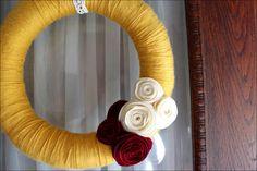 DIY Yarn Wreath Tutorial, and Felt Flowers Diy Yarn Wreath, Wreath Crafts, Yarn Crafts, Yarn Wreaths, Felt Wreath, Wreath Ideas, Moss Wreath, Candy Wreath, Straw Wreath