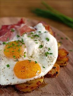 Spiegeleier: uova all'occhio di bue con speck e patate saltate in padella ! Un piatto tipico della cucina tedesca e tirolese