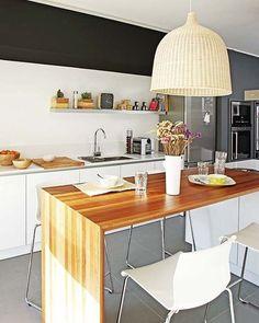 Barra de madera en la cocina