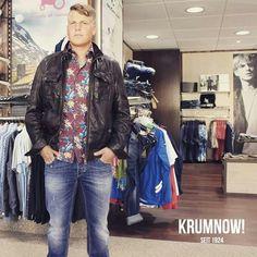 +++ 3 Teile für 233 Euro: MAXI PAKET Outfit Vorschlag Nr.7 +++ Michael trägt 3 Teile: Jeans, Hemd und Lederjacke sind von ANTONY MORATO, SCHWARZE ROSE und PIERRE CARDIN. Das Outfit kostete vorher insgesamt 488,85 Euro. Mit dem KRUMNOW! MAXI PAKET - Rabatt kostet dieses Beispiel - Outfit dann nur noch 233 Euro.