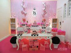 Victoria's Secret combina com: perfumes, colônias, hidratantes, maquiagem, lingeries e top models! O Debuteen traz dicas para quem adora a marca e os produtos maravilhosos, a Festa Victoria's Secret é um ótimo tema para sua festa de debutante!