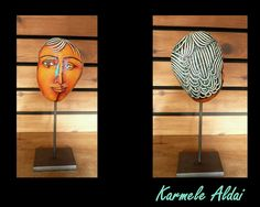 Karmele Aldai recoge humildes piedras conformadas por la Naturaleza y los elementos rescatándolas a una nueva vida, llenas de color y con verdaderos aciertos gráficos. Esta obra, vigorosa y femenina es el resultado de un talento natural para la observación y la creatividad expresado con paciencia y tenacidad.