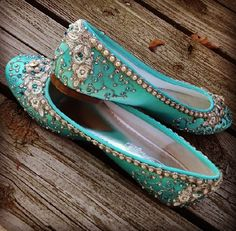 Traditional Indian shoes - ladies shoes of Punjab Click VISIT link above to see more. Get your punjabi jutti today. Pretty Shoes, Beautiful Shoes, Cute Shoes, Me Too Shoes, Bridal Shoes, Wedding Shoes, Bridal Footwear, Wedding Wear, Indian Shoes