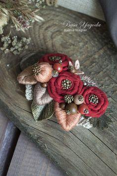 """Купить Брошь """"Букет с шиповником"""" - ярко-красный, красный, глубокий красный, красная брошь, шиповник Felt Flowers, Diy Flowers, Fabric Flowers, Textile Jewelry, Fabric Jewelry, Brooches Handmade, Handmade Flowers, Hand Embroidery Designs, Embroidery Art"""
