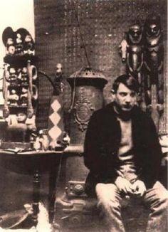 En esta fotografía aparece un ´joven Picasso en su estudio, y tras él pueden apreciarse, al fondo, diferentes objetos africanos (fotografía www.socialfiction.org)
