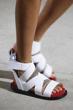 Les sandales du défilé Kenzo printemps-été 2016