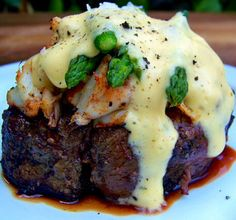Filet Mignon and crab. Meat Recipes, Dinner Recipes, Cooking Recipes, Cooking Games, Cooking Classes, I Love Food, Good Food, Yummy Food, Carne Asada
