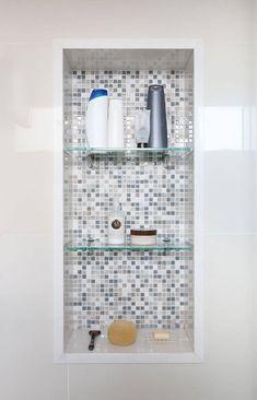 Decoração de banheiro com nicho com pastilhas cinzas