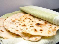 Piadine is een Italiaans platbrood zonder gist. Het plaatbrood wordt lekker knapperig doordat het in de pan gebakken wordt.In Italië wordt het veel gegeten bij de soep of met dipsausen. Omdat er geen gist in het meel wordt gebruikt hoeft het deeg niet te rijzen en dat scheelt een heleboel bereidingstijd.__