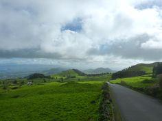 Nie spiesz się, nie odliczaj czasu i miejsc na liście. Siadaj i patrz. Zapamiętuj barwy wzgórz i pomruk oceanu. Oto niezwykłe Azory!