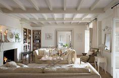 """00308075. Blanco salón con sofás enfrentados alrededor de la chimenea y librerías en un rincón en forma de """"L""""_00308075"""