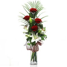 Pareja Perfecta: rosas rojas y lirios blancos