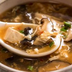 Savoury, spicy, sour and hearty, Hot and Sour Soup is completely addictive! This recipe stacks up to the best Chinese restaurants. Great healthy mushroom soup recipe, with just 216 calories in Hot and Sour Soup (for a BIG bowl! Mushroom Soup Recipes, Healthy Mushroom Soup, Hot Soup Recipes, Chinese Soup Recipes, Chinese Desserts, Chinese Food, Dinner Recipes, Low Carb Brasil, Recipetin Eats