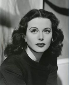 Hedy Lamarr, a beauty and so intelligent. Old Hollywood Glamour, Golden Age Of Hollywood, Vintage Glamour, Vintage Hollywood, Hollywood Stars, Vintage Beauty, Classic Hollywood, Old Hollywood Actresses, Hollywood Fashion