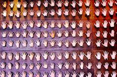 Painel com centenas de mãos moldadas em cerâmica como homenagem as pessoas responsáveis pela construção do prédio do Hangar e o nome de cada uma delas está em um grande painel como forma de agradecimento. Hangar, Centro de Convenções da Amazônia.