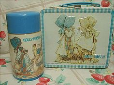 cute holly hobbie lunch box and thermos. I LOVED Holly Hobbie growing up. I have a lunch box similar to this but it's orange Holly Hobbie, My Childhood Memories, Sweet Memories, 1980s Childhood, Toy History, Vintage Lunch Boxes, School Memories, 80s Kids, My Memory