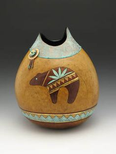 Picture Native American Pottery, Native American Art, Decorative Gourds, Decorative Items, Painted Gourds, Painted Rocks, Art Du Monde, Native Design, Southwest Art