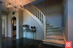 Hal met houten trap   hal inrichting   interieur inspiratie   hallway ideas   Hoog.design