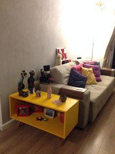 Reaproveitando descarte, criei esta mesa lateral/aparador amarelo, com direito a pé palito estilo retrô! Enjoada do seu móvel? Manda para a MiLuz para ser repaginado!