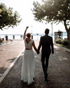 Da es jetzt länger keine neuen Hochzeitsfotos für euch gibt, zeige ich euch ein paar Hochzeiten aus dem letzten Jahr! 🥰  Starten wir mit Daniela & Fabian, die sich ihr JA-Wort am wunderschönen Gardasee gegeben haben - sind die beiden nicht ein tolles Paar? ✨ Instagram, Lake Garda, Couple, Amazing, Nice Asses