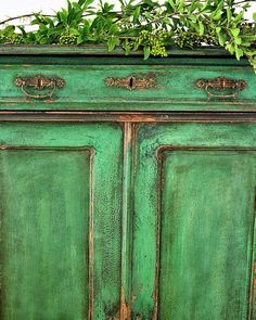 chippy look - green chiffonier - chalk paint mix - patina - texture - aged look - french antique - new life - emerald - one of a kind - furniture makeover - @redesignbyagnieszka