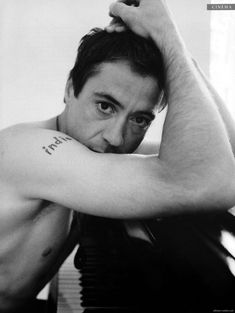 robert downey jr being so fine is part of the reason iron man is one of my fave super heroes
