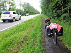 Juli-e-cycle sur les routes de Belgique: même sur les grosses nationales, il existe des pistes cyclables. Les Belges sont géniaux ! :)  #velo #bicyclette #veloelectrique #ebike #vae #tourdefrance #cyclingtour #cyclotourisme #RestartCycleTourism #ardennes #cyclingtour #juli_e_cycle #velafrica #belgique #orval #ardennes