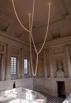 Los hermanos Bouroullec, diseñaron un candelabro que fue colocado en la entrada del Castillo de Versalles en Francia compuesto de cristales iluminados, que se unen entre sí para crear una cuerda de luz que cuelga del techo.