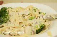 Paste îmbrăcate într-un sos alb cu parmezan și bucățele de carne de pui. Cea mai bună rețetă pentru prânz sau cină.