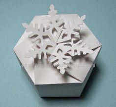 pdf pattern for this snowflake box, print, cut, fold, et voila!
