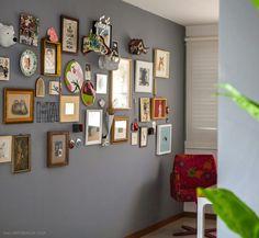 Um corredor fofo e cheio de quadros e molduras, enfeita a casa e a deixa charmosa ♥