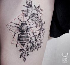 """Tattoo - Zihwa mistura blackwork, linhas finas e pontos de cor para criar delicadas Best Geometric Tattoo - Zihwa mistura blackwork, linhas finas e pontos de cor para criar delicadas…È """"È"""" is a letter. Trendy Tattoos, Sexy Tattoos, Body Art Tattoos, Sleeve Tattoos, Tatoos, Tattoos Pics, Blackwork, Flower Tattoo Designs, Flower Tattoos"""