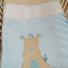 Couverture coloris garçon pour lit de bébé