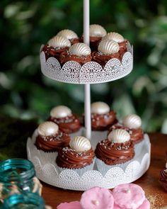 Mini cupcake de chocolate com Nutella, decorado com concha de chocolate branco