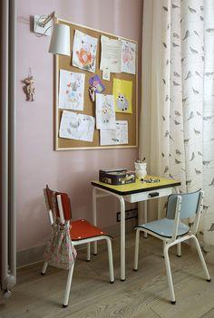 Pokój do nauki, pokój dziecięcy, miejsce do nauki dla dzieci, stolik, meble do pokoju dziecięcego. Zobacz więcej na: https://www.homify.pl/katalogi-inspiracji/19591/jak-urzadzic-pokoj-dla-rodzenstwa-6-interesujacych-propozycji