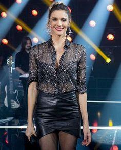 Fernanda Lima apostou na camisa trasparente e saia de couro.
