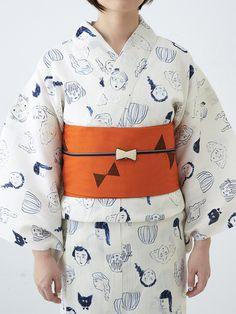 ゆるいイラストに思わず笑顔になってしまう、ユニークな浴衣。ちょうちょ柄の帯にリボンの帯留めを重ねた、とってもキュートな組み合わせです。