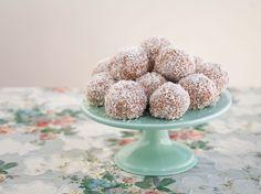 Supergoda havrebollar rullade i kokos. Mixa havregrynen i en matbereade eller vispa smeten extra länge med vispen, då blir smeten kladdig och havrebollarna blir mjuka och krämiga. Ca 12 stora eller 15 mellanstora havrebollar 250 g smör 10 dl havregryn 2-2,5 dl socker (justera sötma efter smak, jag har i 2 dl) 1 dl oboy (kan ersättas med 2 tsk kakao och 0,5 dl socker) 3/4 dl grädde eller mjölk 2 tsk vaniljsocker Ca 1,5 dl kokos till rullning TIPS! Du kan utesluta kakao eller oboy helt i… Dog Food Recipes, Vegan Recipes, Fika, Dessert Drinks, Chocolate Truffles, Nom Nom, Cereal, Bacon, Deserts