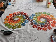 Atelier Baú de Ideias - Mosaicos   Este Mural maravilhoso está na cidade de Pompéia (SP), no Atelier da Solange Piffer Mosaicos , particip... Mosaic Wall Art, Mosaic Glass, Mosaic Tiles, Stained Glass, Mosaic Crafts, Mosaic Projects, Mosaic Flowers, Mosaic Garden, Collaborative Art