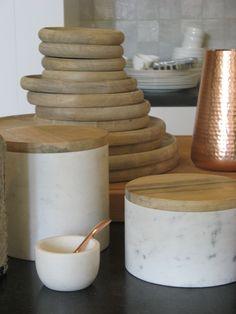 marmer pot met deksel en mango wood serveerschalen van SCAPA HOME