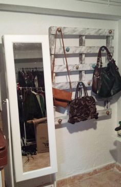 Pallet with knobs on it to hang handbags Purse Storage, Purse Organization, Ikea Eket, Billy Regal, Handbag Display, Bag Hanger, Pallet Creations, Rustic Table, Diy Home Crafts
