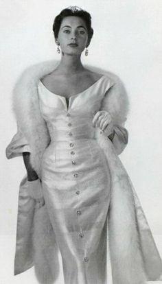 New moda vintage neckline ideas Moda Vintage, Moda Retro, Vintage Mode, Retro Vintage, Vintage Style, Vintage Black, Wedding Vintage, Trendy Wedding, Retro Style