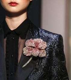 Broche fleur défilé Schiaparelli haute couture