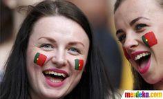 Pendukung timnas Portugal dengan wajah dicat warna bersorak di Stadion Lviv saat Portugal melawan Denmark.