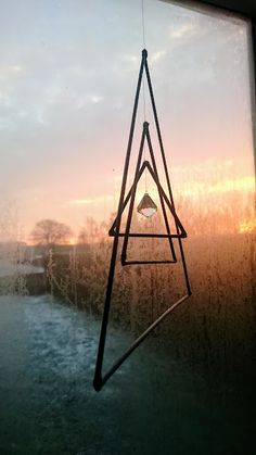 Uroer skaber ro. Det er så afslappende og helt meditativt at kigge på en uro. Måden som den bevæger sig på med sine rolige, smukke bevægelser kan virke helt afstressende. Jeg har hele tre uroer hængende i vores stue. Den ene hænger ved vores brandeovn og kommer i bevægelse via varmen. De to andre hænger Continue Reading Mobiles, Craft Stick Crafts, Diy And Crafts, Copper Wire Art, Sculpture Projects, Geometric Decor, Boho Room, Metal Projects, Architect Design