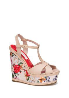 Cada uno de tus pasos atraerá toda la atención gracias a esta sandalia, con estilo t-bar y su plataforma estampada de un diseño inspirado en mosaicos florales.