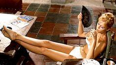 Brigitte Bardot affalée mais sexy dans  Et Dieu créa la femme...  en 1956.