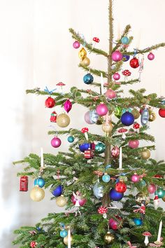 This is what my grandma's Christmas tree looked like when i was a little girl!  Except for she also had these electric candles that bubbled inside when they got warm.  #verymerrymodachristmas