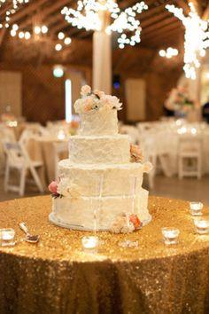 Wedding cake posé sur nappe pailletée dorée
